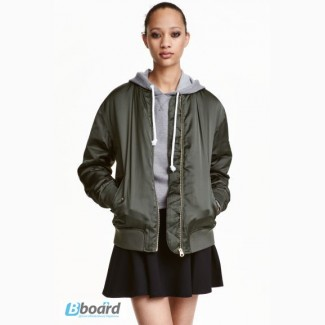 Женская легкая куртка-бомбер из атласа HM р-р 14