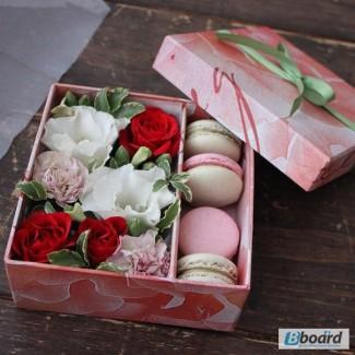 Коробочки с цветами и макарунами, доставка букетов и подарков на 8 марта