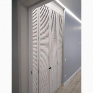 Шкаф из жалюзийных дверей