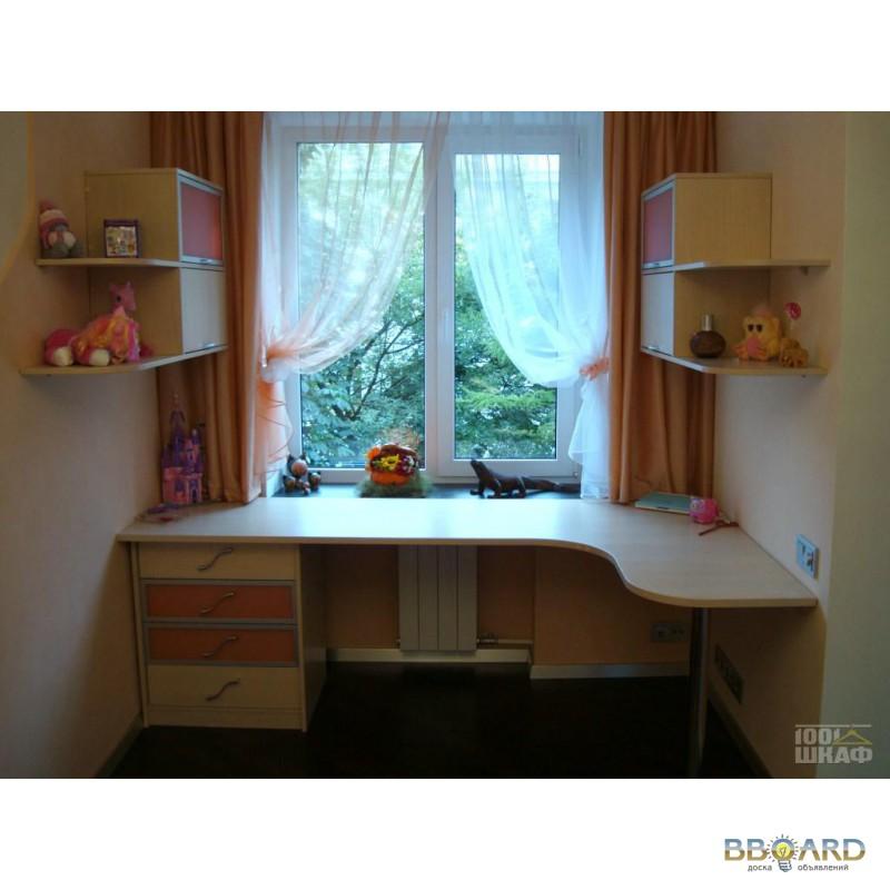 Письменный стол у окна в детской комнате - примеры (21 фото).