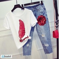 Модные джинсы бананы и свободная футболка