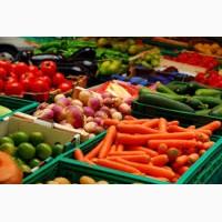 Рабочий склада овощей и фруктов